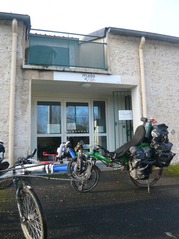 Azub-devant-le-musée-du-vél