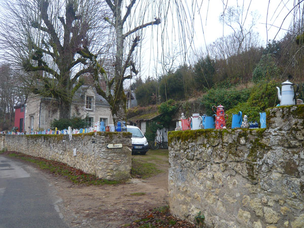 Maison-décorée-avec-théières,-proximité-de-Vouvray-(1)
