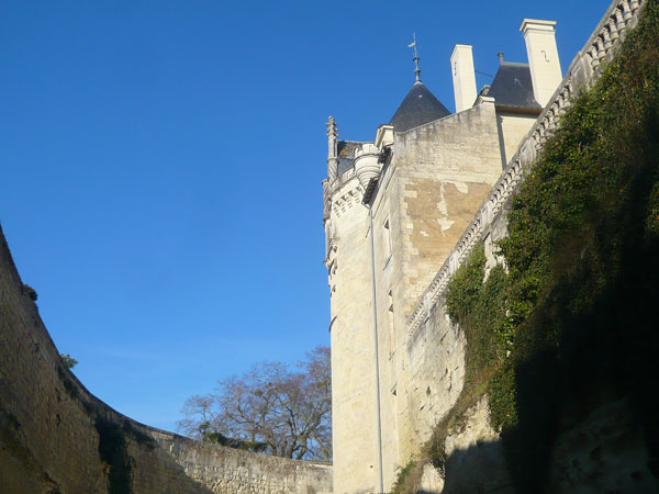 Tour-du-château-vu-des-douves,-château-de-Brézé--(1)