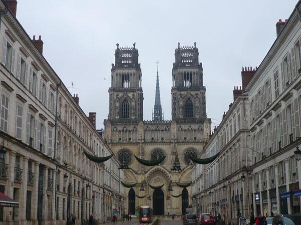 Vue-sur-la-cathédrale-depuis-la-rue-Jeanne-d'Arc,-Orléans
