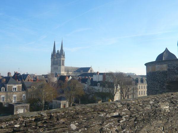 Vue-sur-la-cathédrale-depuis-les-remparts,-château,-Angers