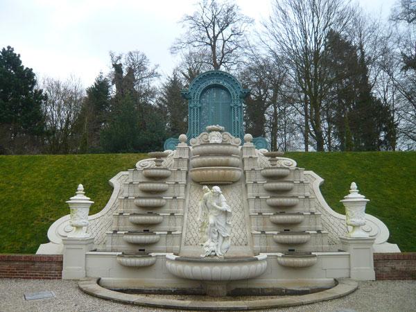 Cascade-avec-Statue-de-Narc