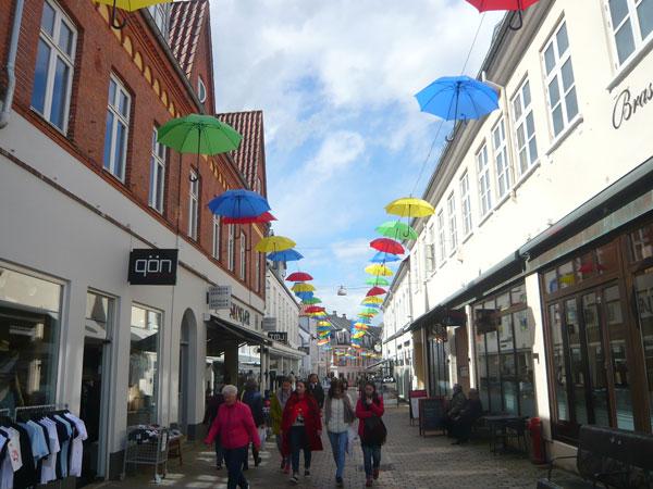 Décoration-parapluie-rue-co