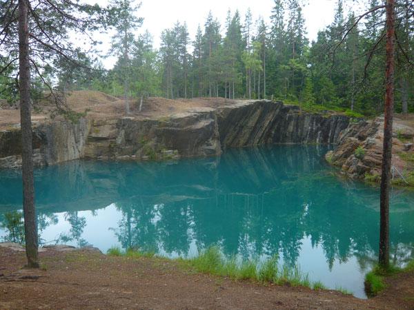 Lac-bleu-issu-d'une-mine-d'