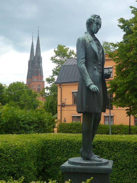Statue-Linné-et-cathédrale,