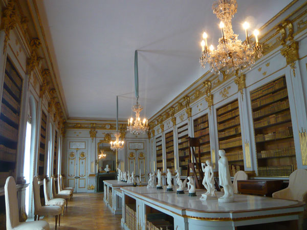 The-Library,-Château-de-Dro